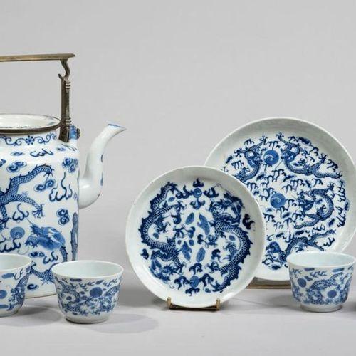 VIETNAM, Hue XIXe siècle Seven piece tea service with a tea pot, two bowls and f…