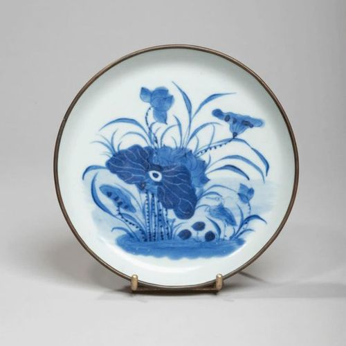 VIETNAM XIXe siècle Porcelain bowl decorated in blue under lotus cover. Metal ri…