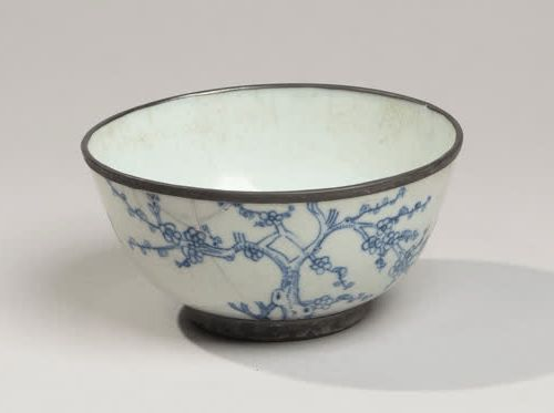 VIETNAM, Hue XIXe siècle Porcelain bowl decorated in blue with cranes and plum t…