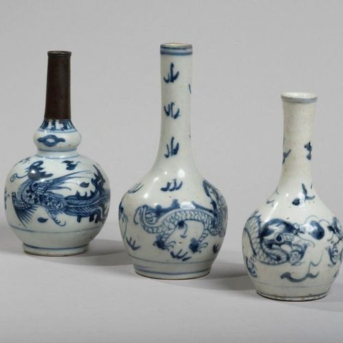 VIETNAM, Hue Fin XIXe siècle Three small porcelain bottle vases decorated in blu…