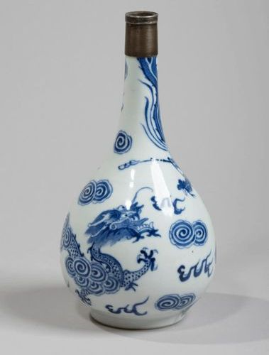 VIETNAM, Hue XIXe siècle Porcelain bottle shaped vase decorated in blue with a d…