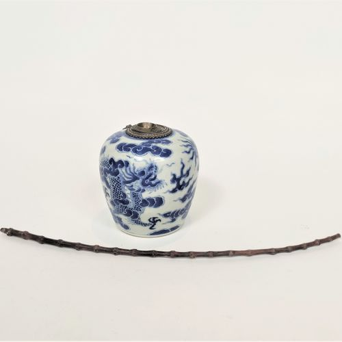 VIETNAM, Hue XIXe siècle Porcelain water pipe decorated in blue under a dragon a…