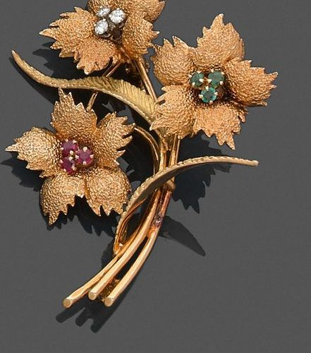 """BROCHURE """"bouquet of flowers"""" in yellow gold (750‰) amati and chiselled, set wit…"""