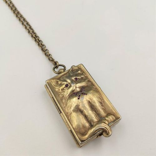 "PILL BOX ""cat"", and its chain, in vermeil (900‰) entirely embossed and chased, r…"