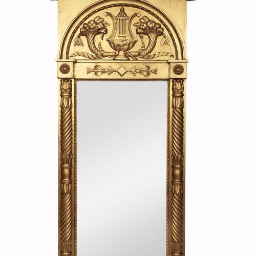 Trumeau en bois sculpté et doré, à décor d'un encadrement à fronton arrondi orné…