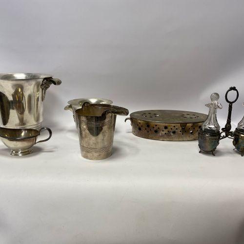 CORNET. Lot de pièces de service de table en métal argenté, comprenant un seau à…