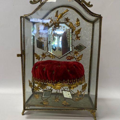 Vitrine formant boite à bijoux garnie à l'intérieur de miroirs et d'un en velour…
