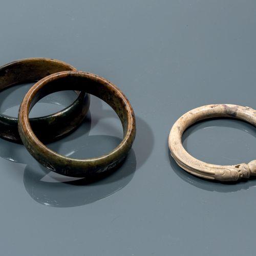 CHINE Epoque MING (1368 1644) Trois bracelets en néphrite, un os de poulet en fo…