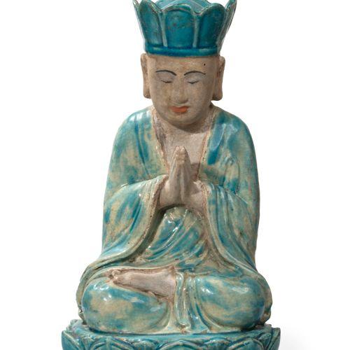 CHINE XIXème Un bouddha en céramique émaillée, son manteau, sa coiffe et sa bas…