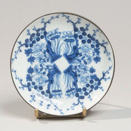 VIETNAM XIXe siècle Coupelle en porcelaine à décor en bleu sous couverte d'arbre…