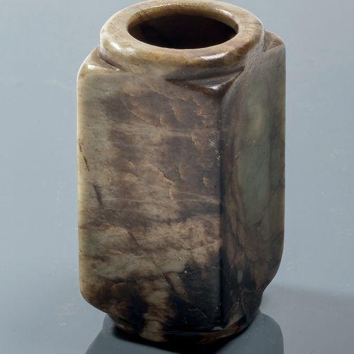 CHINE Epoque MING (1368 1644) Vase de forme cong en nephrite céladon et noire. H…