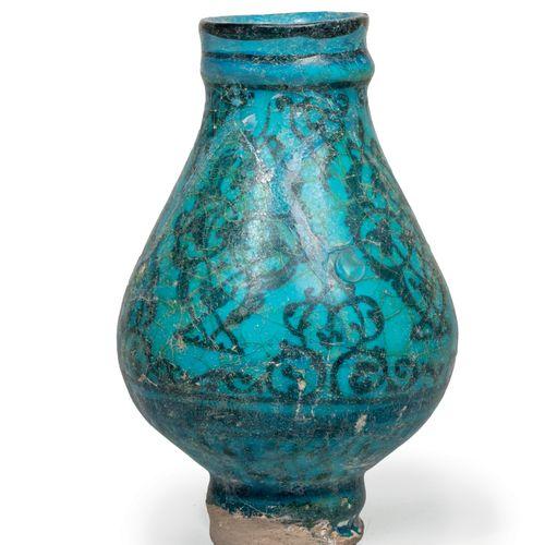 Petit vase persan Pâte siliceuse à décor peint en noir sous glaçure turquoise tr…