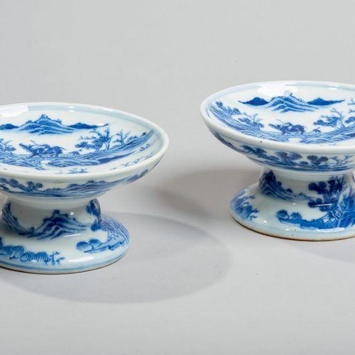VIETNAM XIXe siècle Coupes sur pied en porcelaine à décor en bleu sous couverte …