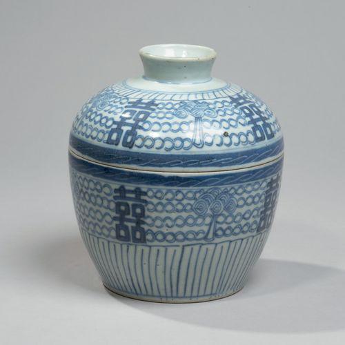 VIETNAM XXE SIÈCLE Bol couvert en porcelaine à décor en bleu sous couverte de mo…