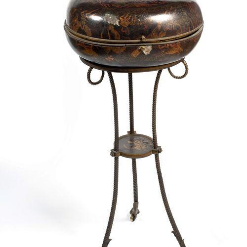 CHINE XVIIIème Grande boîte lenticulaire rustique en bois laqué noir, à décor de…