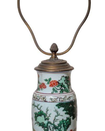 CHINE XIXe siècle Vase conique en porcelaine à décor en émaux polychromes dans l…
