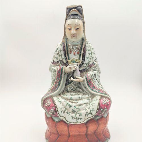 CHINE XIXe siècle Guanyne en porcelaine à décor d'émaux polychromes tenant une g…