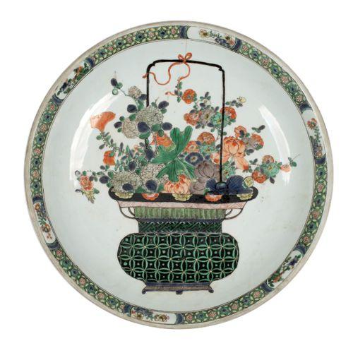 CHINE EPOQUE KANGXI (1662 1722) Plat en porcelaine à décor en émaux polychromes …