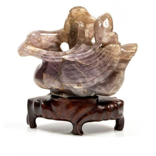 Statuette en forme de Canard en améthyste, tenant un lotus dans son bec. (éclats…