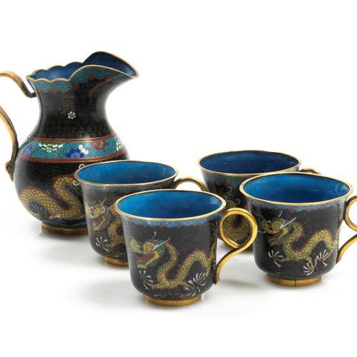 Ensemble d'un petit pichet, quatre tasses et sous tasses en émaux cloisonnés pol…