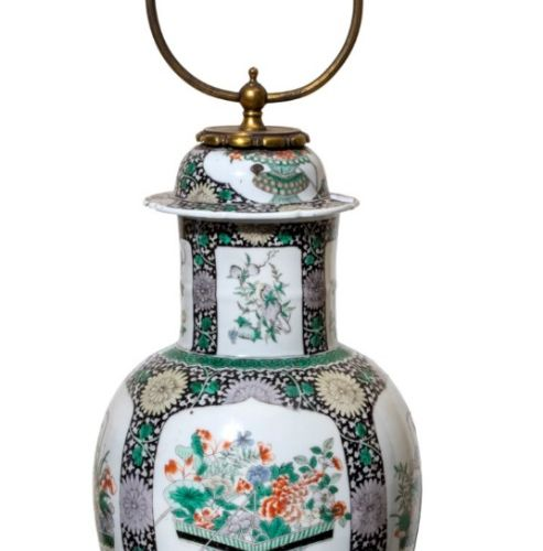 CHINE XIXe siècle Potiche en porcelaine à décor en émaux dans le style de la fam…