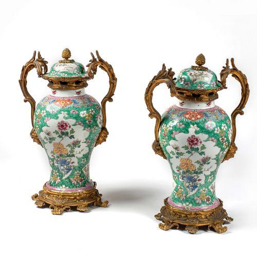 CHINE EPOQUE KANGXI (1662 1722) Paire de vases balustres en porcelaine à décor e…