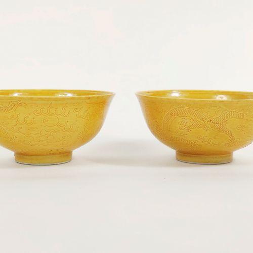 CHINE EPOQUE KANGXI (1662 1722) Paire de bols en porcelaine émaillée jaune à déc…