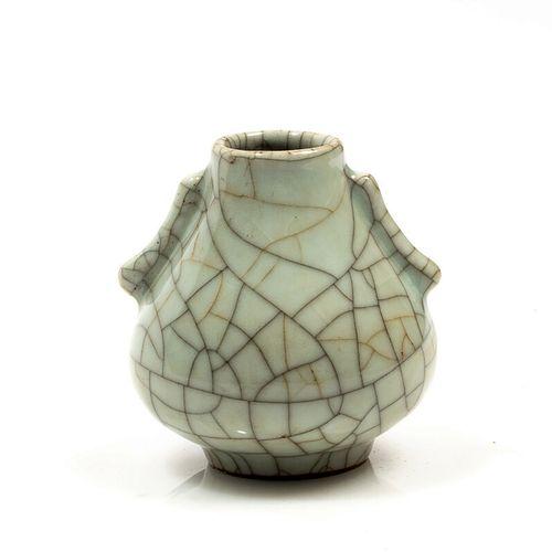 Petit vase en céramique céladon craquelée. Marque apocryphe Qianlong au dessous.