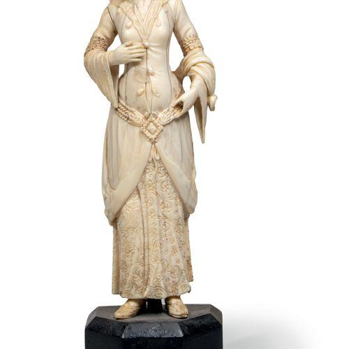Statuette en ivoire représentant une Ottomane Ivoire, restes de dorure France ou…