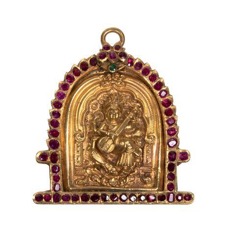 Pendentif en or repoussé représentant Sarasvati Or, rubis et émeraude Inde, XVII…
