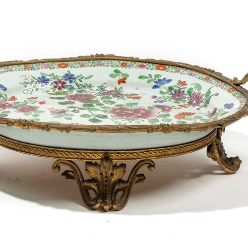 CHINE Vers 1900 Plat en porcelaine à décor en émaux polychromes dans le style de…