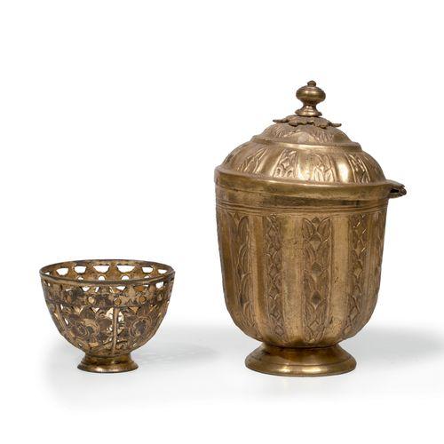 Un sucrier et un zarf en tombak Cuivre doré au mercure Tombak Turquie, Fin du XV…