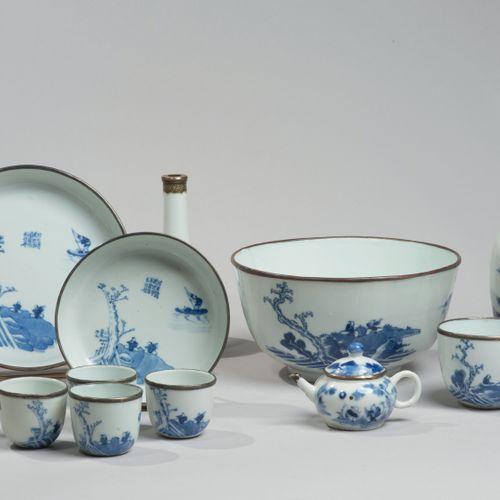 VIETNAM, Hue XIXe siècle Service à thé de douze pièces comprenant un pot, deux b…