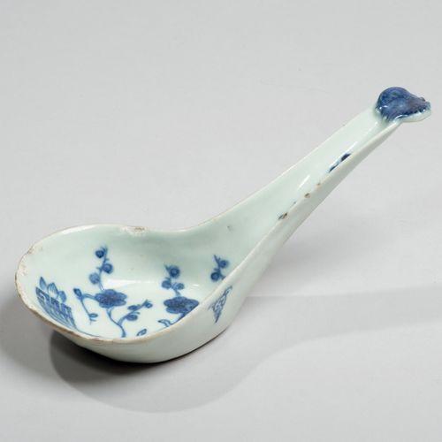 VIETNAM XIXe siècle Cuillère en porcelaine à décor en bleu sous couverte de prun…