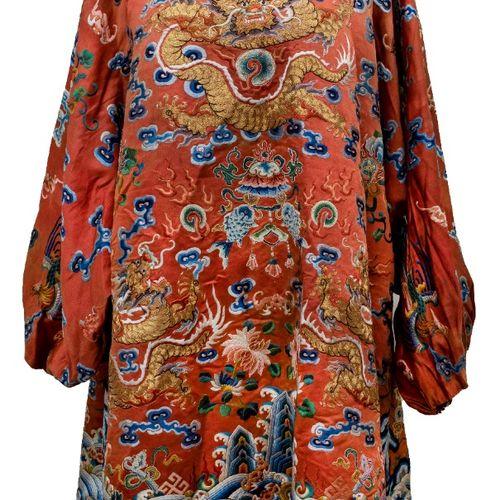 CHINE Robe en sole corail brodée Robe à manches amples à revers en soie corail b…
