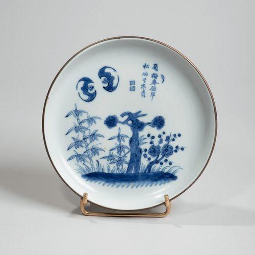 VIETNAM XIXe siècle Coupe en porcelaine à décor en bleu sous couverte des trois …