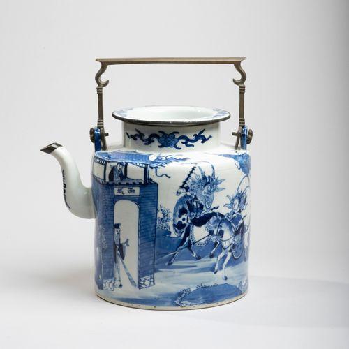 VIETNAM, Hue XIXe siècle Verseuse en porcelaine décorée en bleu sous couverte de…