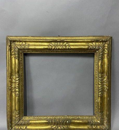 Cadre en tilleul mouluré et doré à profil renversé à décor d'acanthes dans les a…
