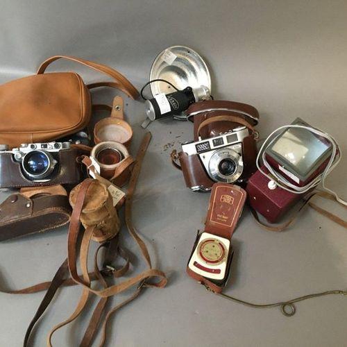 1 apareil photo Leica N°168616 , 1 téléobjectif+ viseur et filtres , 1 kodak Rét…