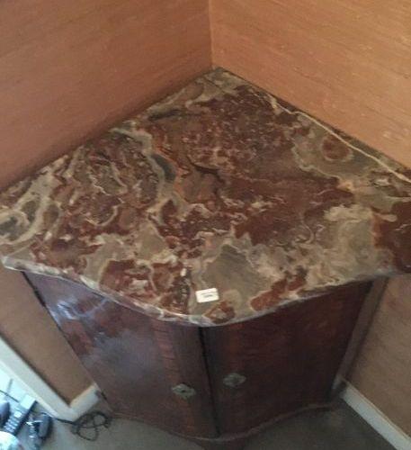 Encoignure en placage de palissandre  Epoque Louis XV  Plateau de marbre brèch…