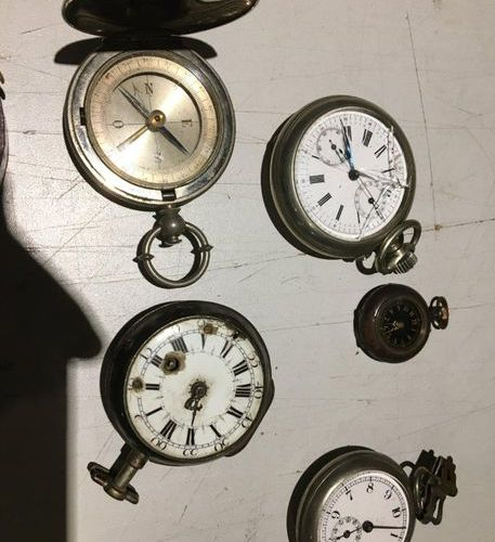Metal set comprising five pocket watches, a compass and a barometer  As is, miss…