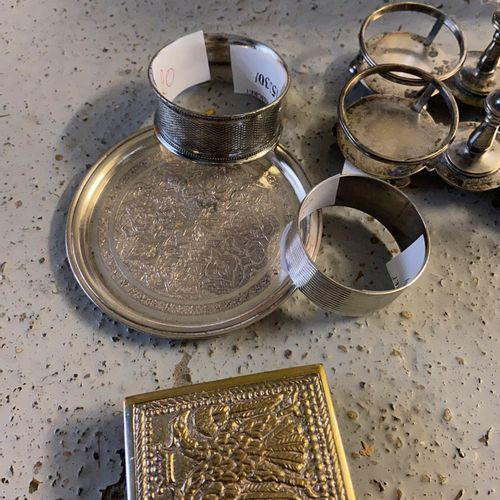 Strong batch in silvery metal including a carafe, an ice bucket, napkin rings, w…
