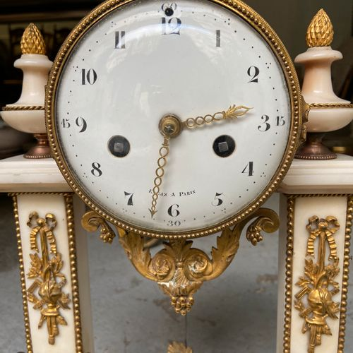 Black and white marble and ormolu portico clock, circa 1800, dial signed ENGAZ à…