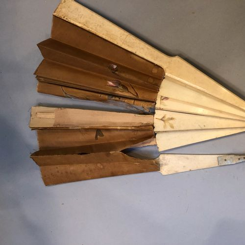 Pack of 5 fans with bakelite frames... Numerous accidents.  We join an ivory sil…