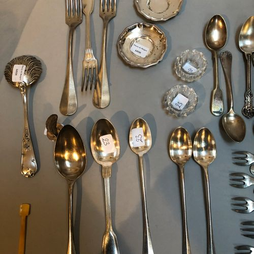 Set of mismatched cutlery including: knives with mother of pearl handle, feather…