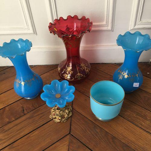 Trois vases dont deux verre opalin.  On y joint une coupe et un pot  Accidents  …