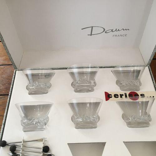 Lot de verrerie comprenant : dessous de plats, petits verres, porte couteaux… do…