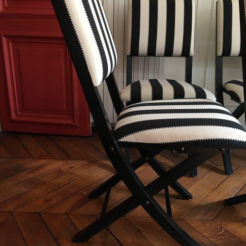 Quatre chaises pliantes rayés  hauteur : 86 cm  Vendu en l'état  LOT AU GARDE ME…