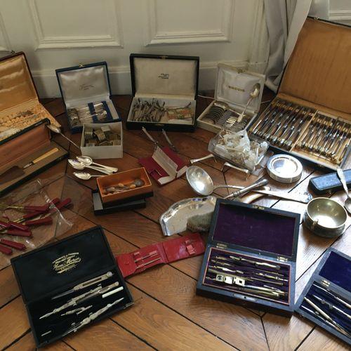 Lot en métal argenté dont instruments de mesures, couverts, pelle à tarte, louch…