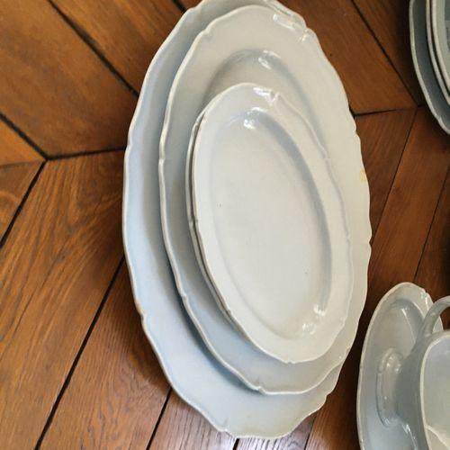 Partie de service en porcelaine MONTEREAU  Soupière couverte : H : 23 cm  Assiet…